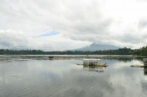 養殖場が湖面に並ぶサンパロック湖