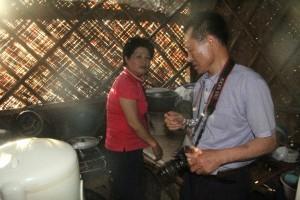 村の家庭を訪問するプロジェクト参加者