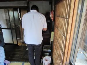 長田さんの仏壇に手を合わすハンさん