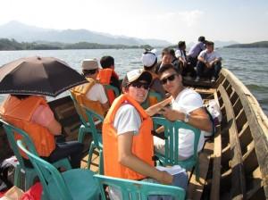 ジャティルフル湖でボートに乗ってシサルア村へ