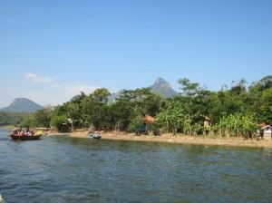 湖畔に位置するシサルア村