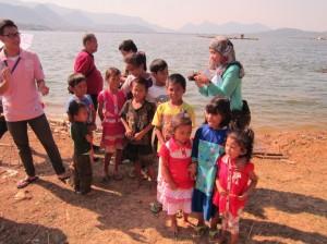 村の子どもたちが歌で歓迎