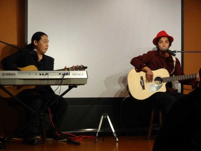 ビートルズナンバーを歌うベルヘル・サンサノ(左)とジョージ中山(右)