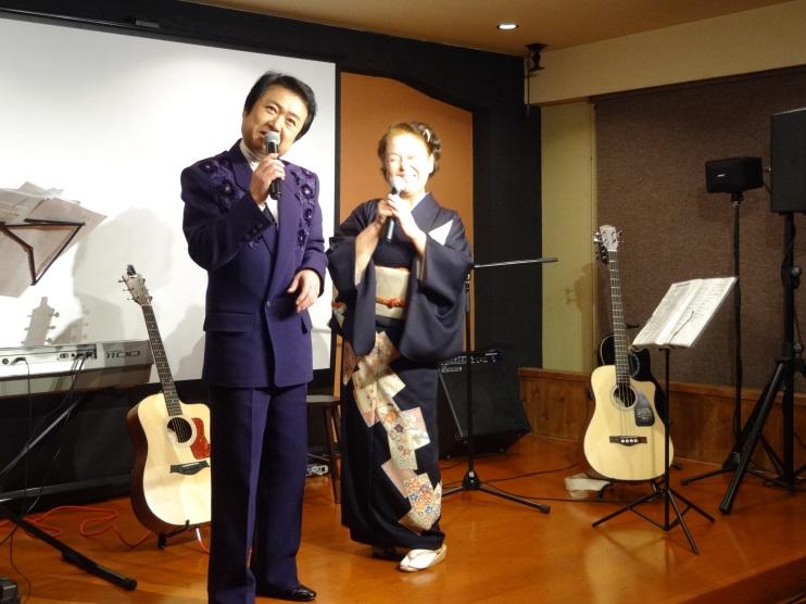 演歌を披露する沢木柳さん(左)と柏木 美絵さん(右)