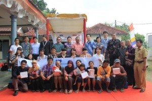 村の人々とともに記念写真