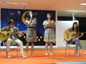 プレジデント大学での文化交流会でインドネシア学生が日本語の歌を披露