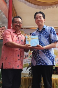 GPFJapanの後藤亜也代表理事がブカシ県のM.Aスプラトマン環境管理局長に記念品を贈呈