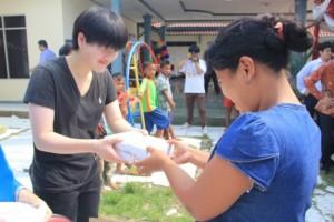 日本の参加者がレバンサリ村の家庭にLEDライトを寄贈