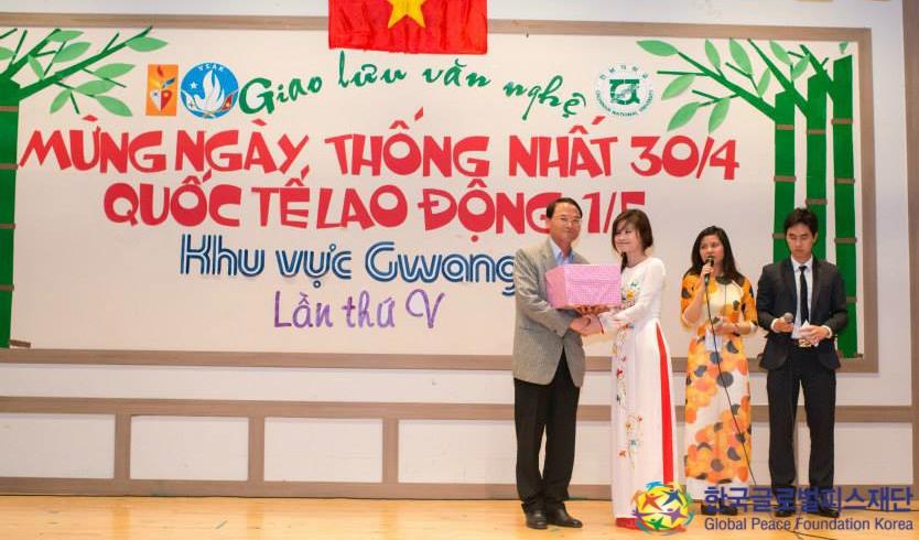 全羅南道光州KISSAベトナム留学生会からセウォル号沈没事件の遺族のためと、チョ・ビョンソク光州支部会長(左)へ寄付金が手渡されました