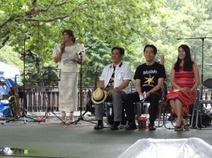 在日フィリピン人・小倉ノエミさん(大会ジェネラル・コーディネーター)によるフィリピン音楽の祭典、ヒミグ・アト・ムシカ2014の開会宣言