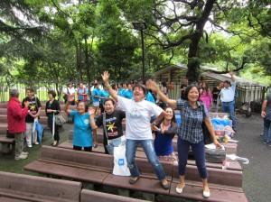 音楽に合わせて踊り始めるフィリピン人のグループ