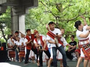 フィリピン民族舞踊カニヤウで一気にフェスティバルの雰囲気が高揚