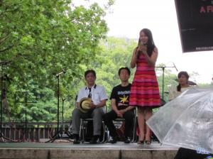 在日本フィリピン大使館のアンジェリカ・エスカロナ文化担当公使による歓迎の辞