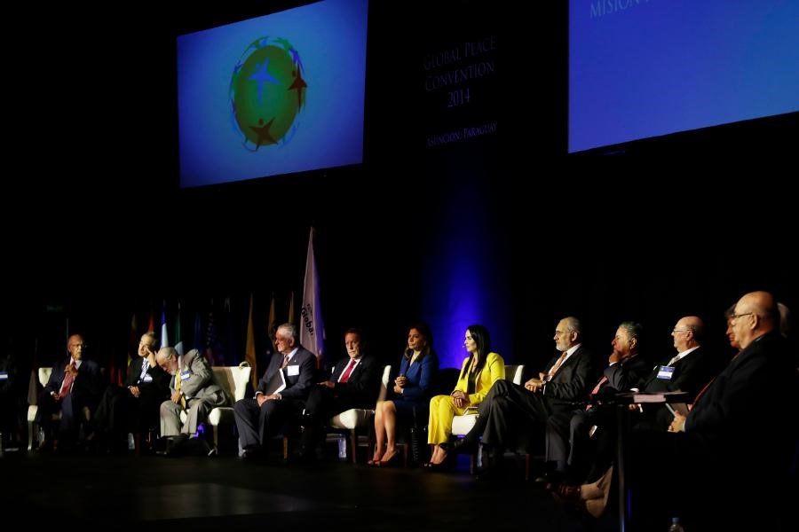 """14人の元大統領が議論を交わす""""ラテンアメリカ大統領ミッション""""のセッション"""