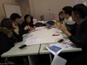 真剣に討論する学生たち