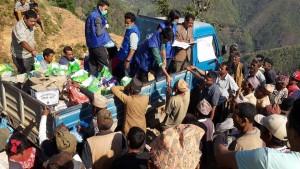 支援物資を配付するボランティア(青ジャケット)