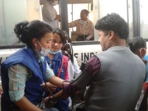 看護学校学生もボランティアに加わり被災民をケア