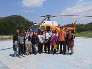 ヘリコプターで被災地の復興状況を視察