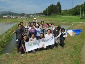 田植えカップ主催者の佐藤誠悦氏を中央に記念写真