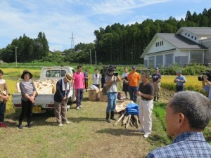 佐藤誠悦氏が参加者に稲刈りカップの説明