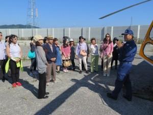 民間医療用多目的ヘリコプター「オールラウンドヘリコプター」事務局長の渡辺圭介さん(写真右)が説明