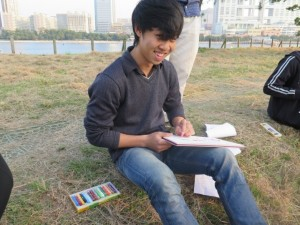 朝鮮半島統一への思いをボードに書く参加者