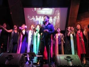迫力ある歌声で観客を魅了するフィリピン人歌手Jayさん