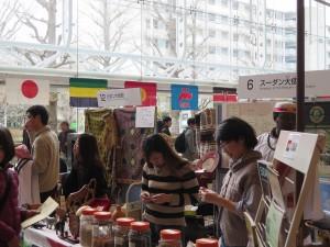 会場には様々な国の文化展示が並びます