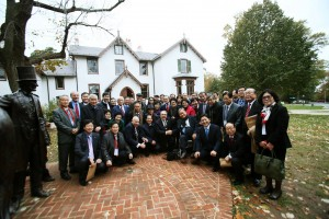 ワシントンDCのリンカーンコテージ前にて一連の行事へ出発するAKU韓国代表団