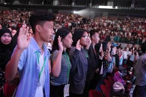 「青少年の誓い」を宣言する参加者たち