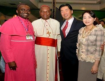 カトリック教義枢機卿ジョン・カーディナル大司教と司教サンデーと一緒のムン・ヒョンジン会長夫妻