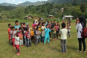 インドネシア国歌を歌う村の子どもたち