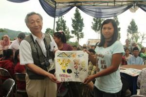 日本の参加者にエコバッグをプレゼント