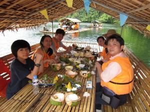 パンディン湖での昼食(浮舟の上です)