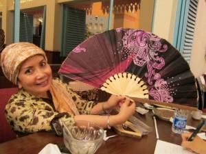 竹細工の扇子を手にするハリマ・ムナウィル女史