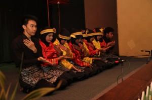 伝統舞踊を披露