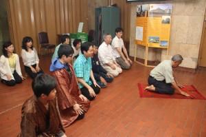 イスラムの祈りの方法を教わる