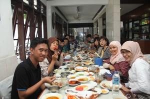 伝統的なインドネシア料理を楽しむ
