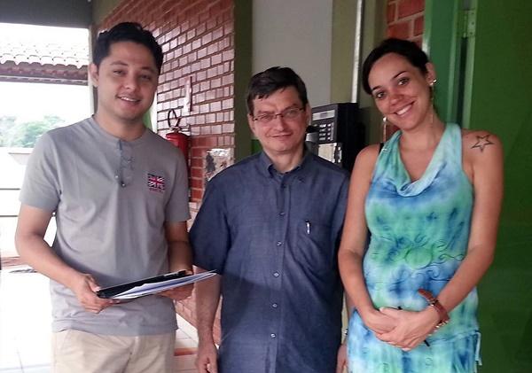 GPFブラジル・ディレクター・マッシモ・トロンビン(中央)とプロジェクト・ボランティア(左)、地元の学校の責任者(右)