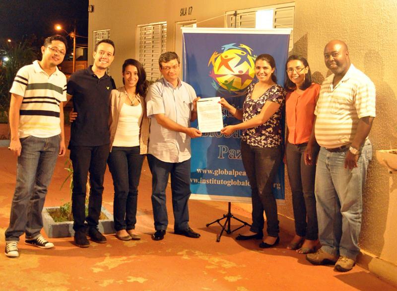 協力合意書に署名後のGPFブラジル指導者とAIESECの代表者