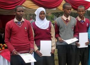 生徒たちは、マイナ・ワンジギ高校で課外活動と学業成績の優秀さで表彰されました