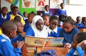 ナイロビのキリマニ小学校の児童達がアフリカの政治家ネルソン・マンデラの人生について学んでいます