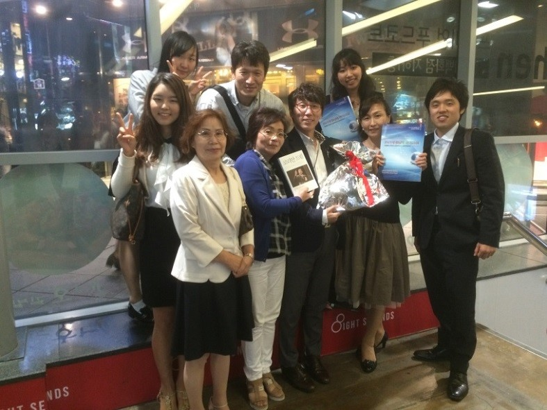 韓国学生ボランティアと新村にて