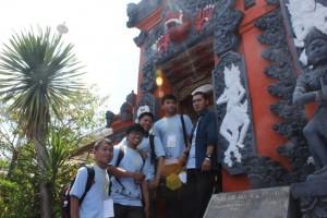 文化体験プログラムを楽しむ参加者たち
