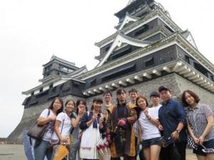 熊本城をガイドする役者さんを囲んで