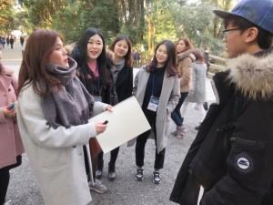 観光客とのコミュニケーションに挑戦する参加者