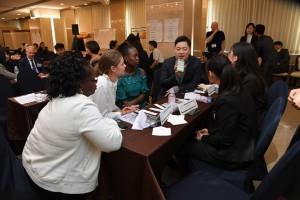 青少年セッションのラウンドテーブルで議論する参加者たち