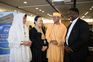 価値ベースの平和構築セッションで談笑する宗教指導者たち