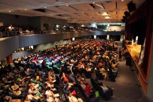 大講堂に集まった参加者たち