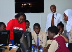 キャンプ中、科学技術教育センターおよびオラクルアカデミーのメンターと一緒に仕事をする学生たち